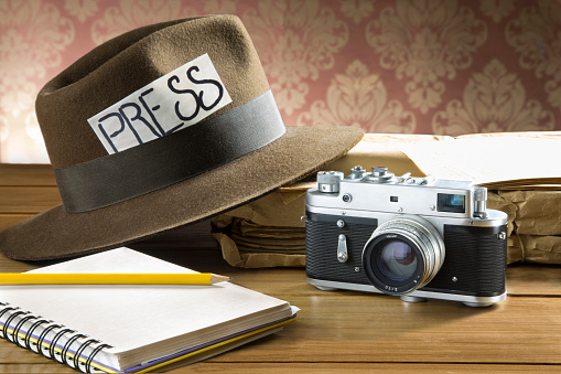 Vintage-reporter-fedora-hat-camera-picture-id510580998